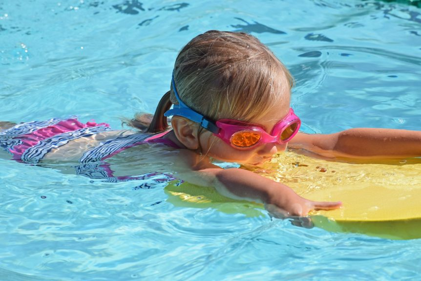 young-swimmer-2494906_1920-862x575
